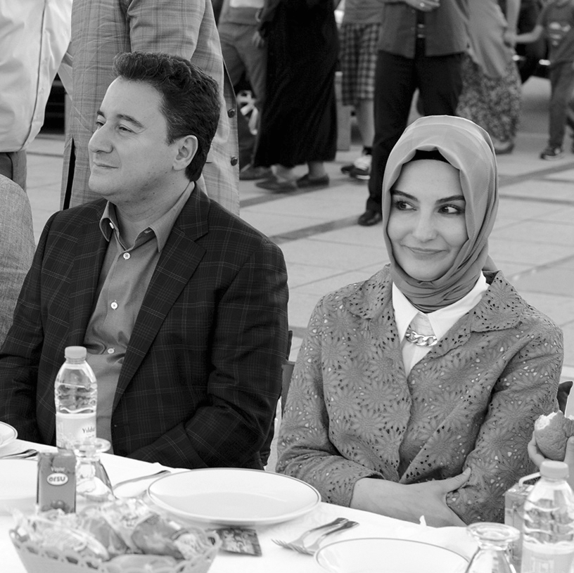 ali-babacan-ile-zeynep-babacan-bir-iftar-yemeginde.jpg