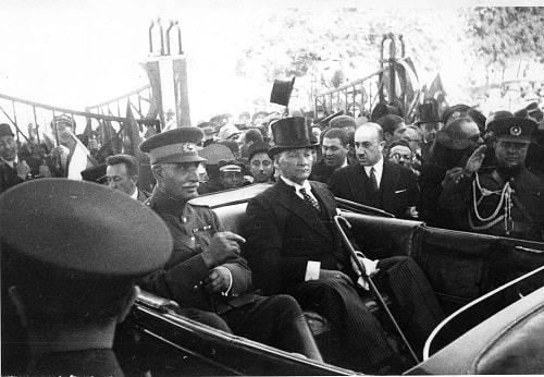 ataturk-iran-sahi-pehlevi-ile-otomobilde-birlikte-16-haziran-1934-min.jpg
