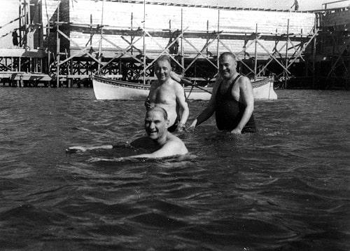 ataturk-salih-bozok-ve-kilic-ali-ile-birlikte-floryada-yuzerken-7-temmuz-1935-min.jpg