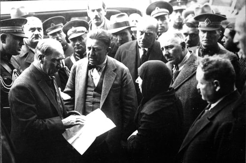 ataturk-salih-bozok-ve-kilic-ali-ile-birlikte-kayseride-bir-kadinin-maruzatini-dinlerken-18-kasim-1930-min.jpg