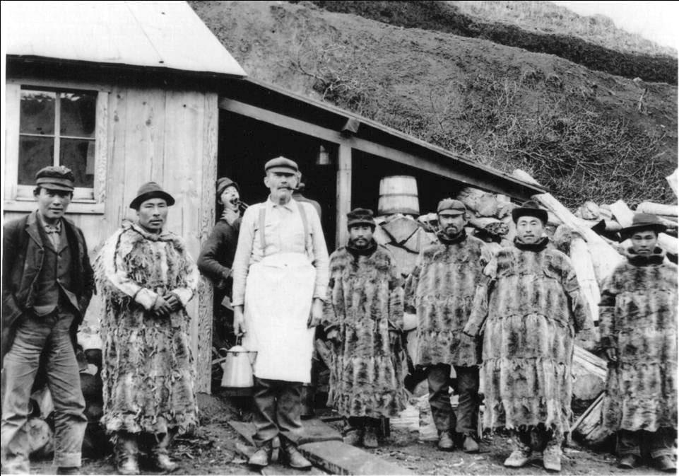 balik-et-isleme-tesislerinde-calisan-alaskanin-yerli-halki-eskimolar-min.jpg