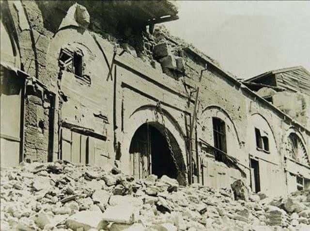 depremde-yikilmis-bir-hanin-giris-kapisi-min.jpg