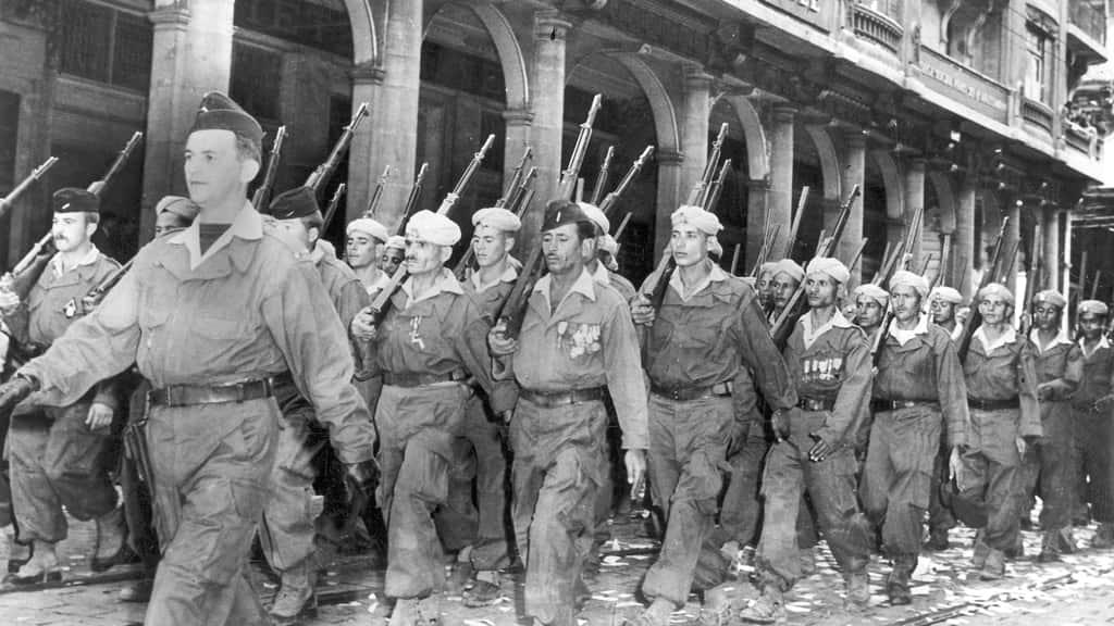 fransiz-subaylar-tarafindan-egitilen-soydaslarina-karsi-savasan-harki-adli-askerler-min.jpg