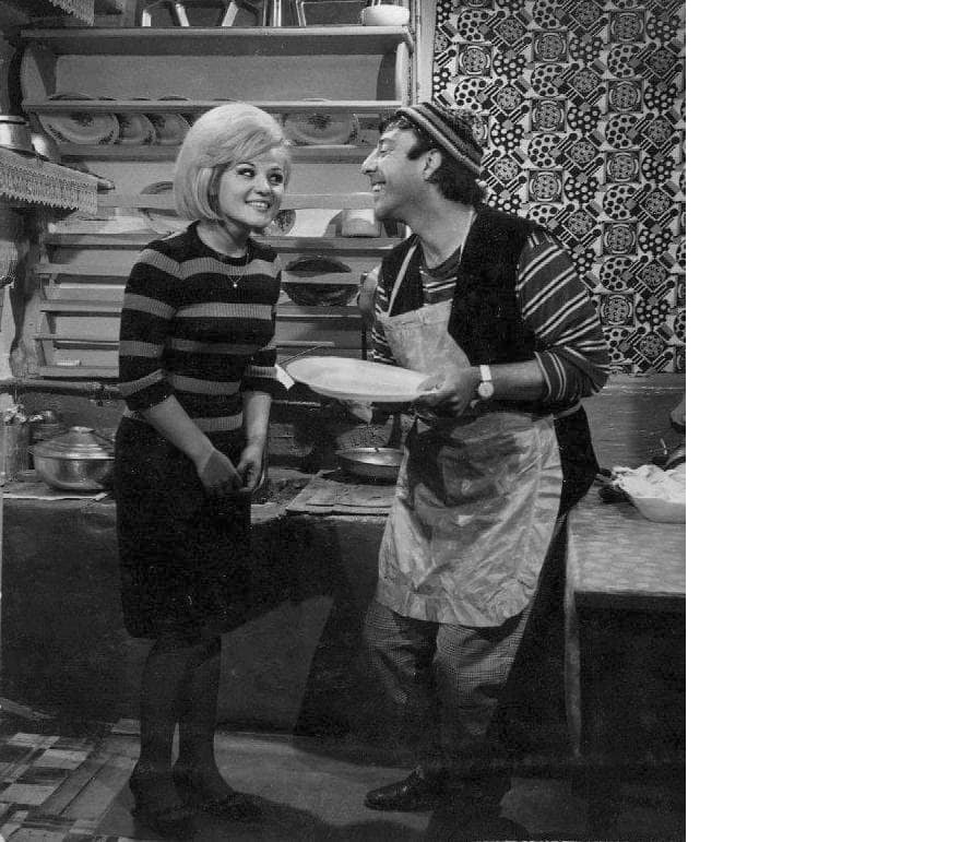gonul-yazar-munir-ozkul-ile-1965de-cekilen-bilen-kazaniyor-filminde-min.jpg