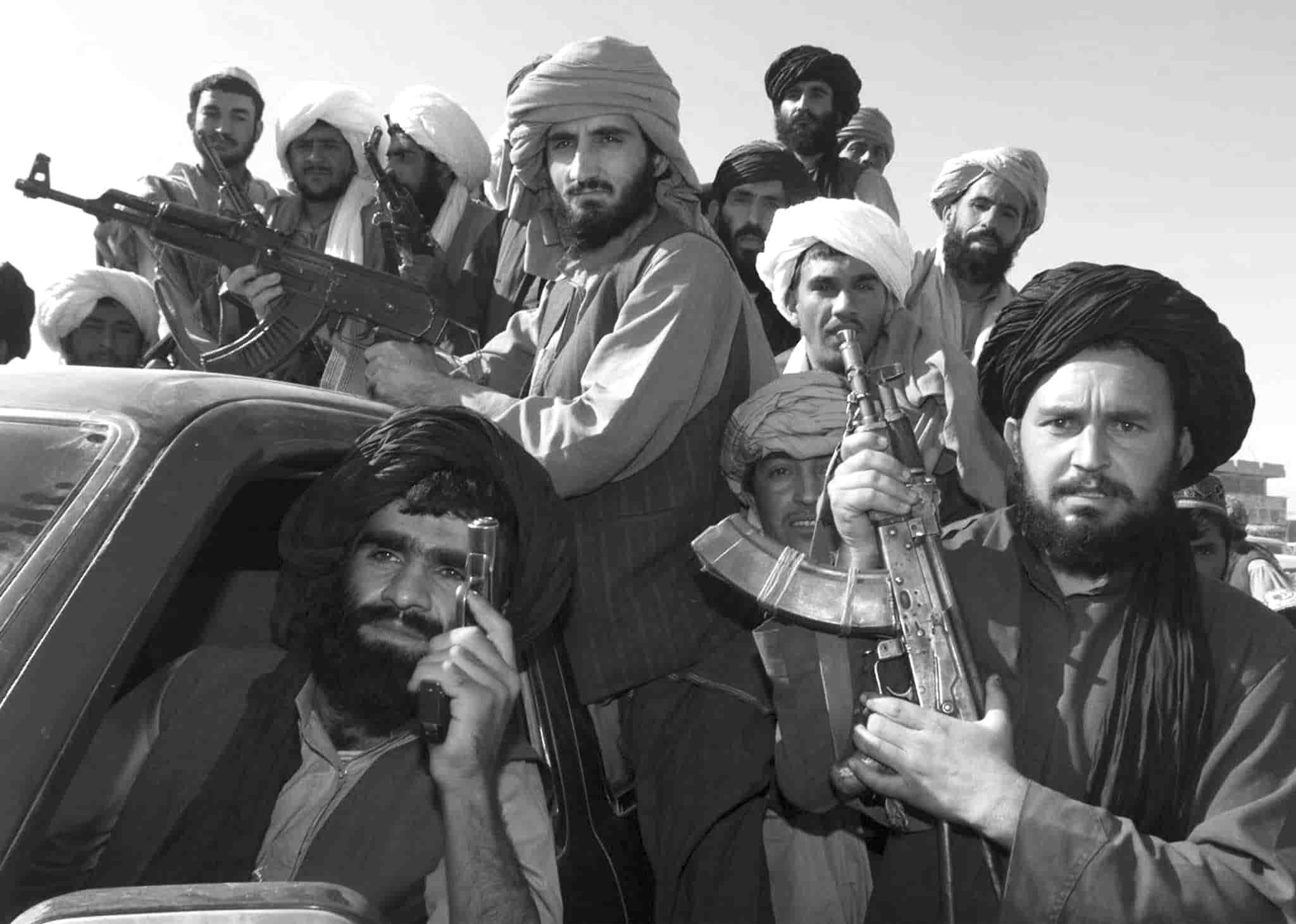 kabile-giren-taliban-militanlarindan-bir-grup-min.jpg