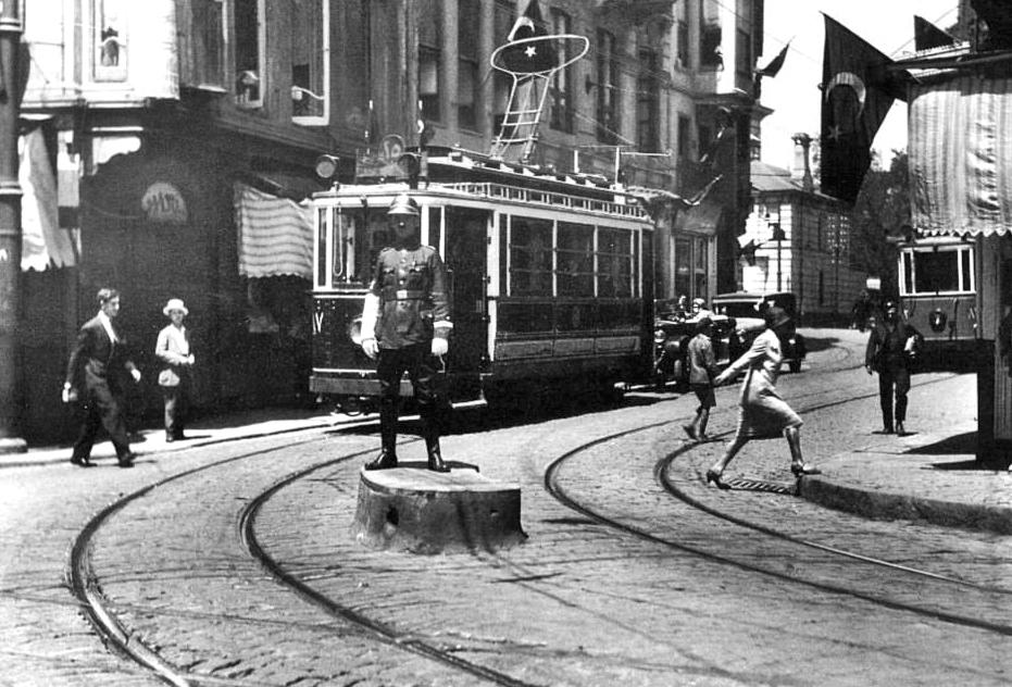 taksim---tunel-arasi-calisan-tramvaylar-(1950li-yillar).jpg