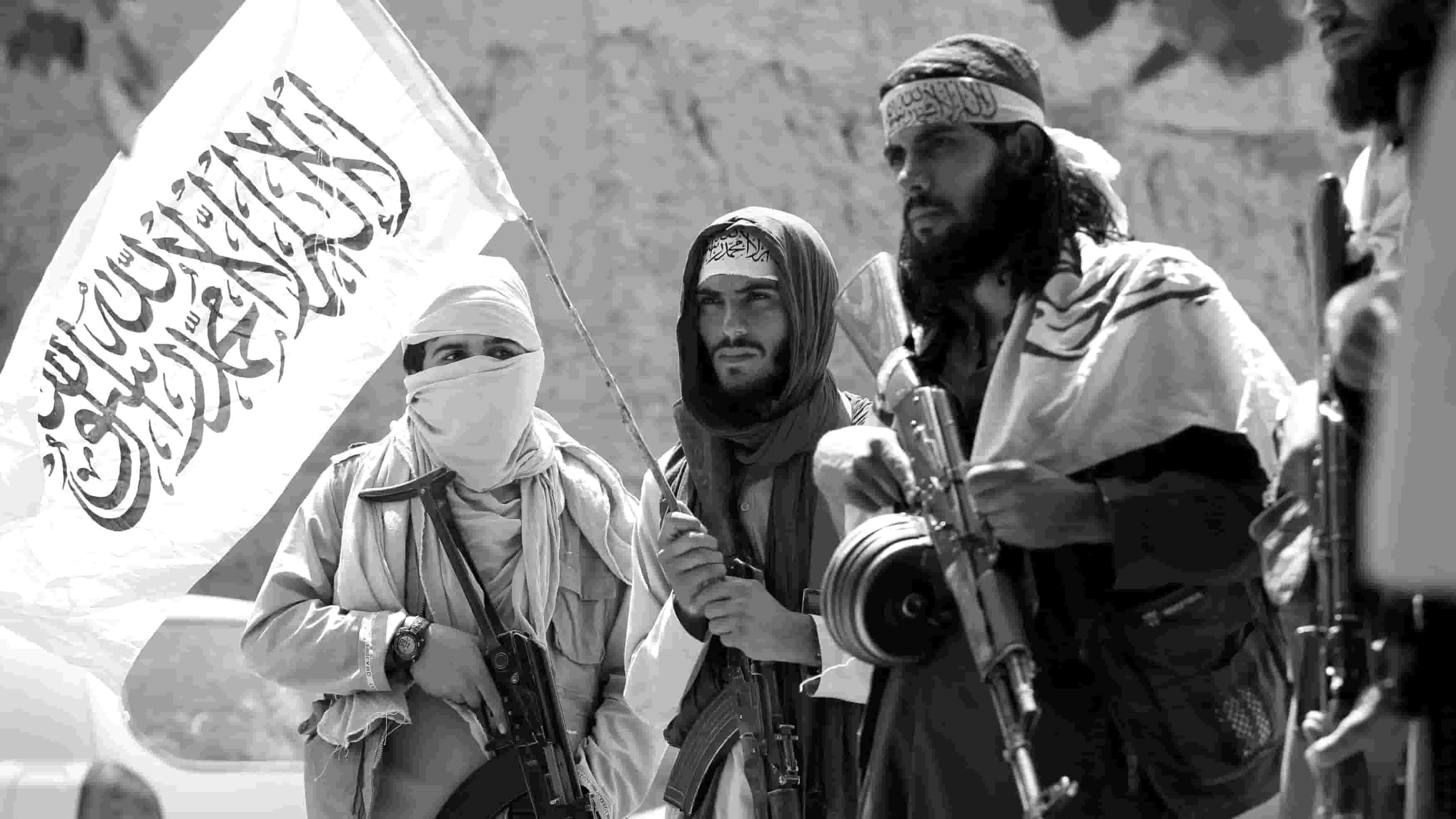 taliban-bayragi-tasiyan-silahli-militanlar-min.jpg