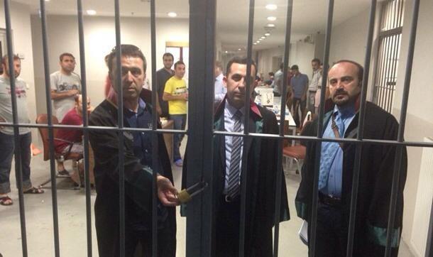 Avukatlar nezarethaneye kilitlendi