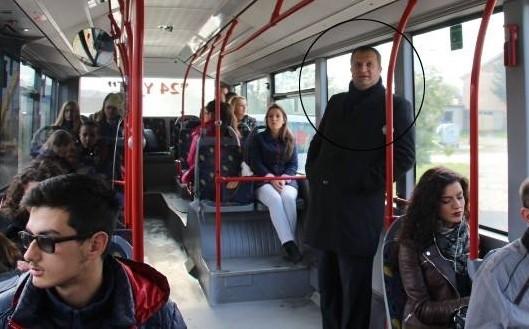 Belediye başkanı işe otobüsle gidip geliyor