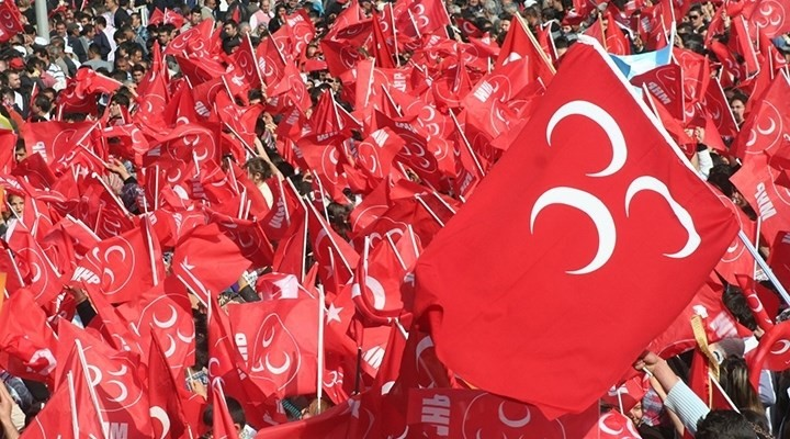 MHP'li Belediye Başkanı  istifa edip, AKP'ye geçti.