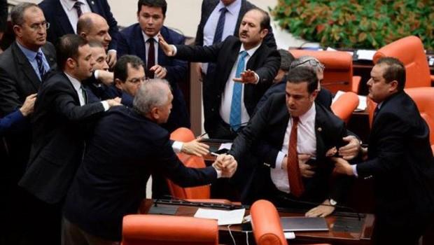 AKP'li vekil İstiklal Marşı ile dalga geçti!