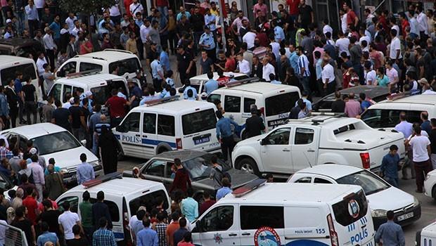 Sokakta 100 kişi biribirine girdi