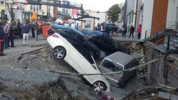 Merter'de yol çöktü, araçlar içine düştü