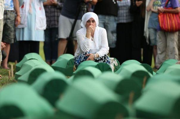 Srebrenitsa kurbanlarının tabutları böyle taşındı